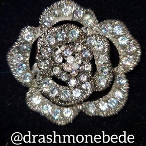 🛍NWT: Vintage Brooch (Silver Flower)